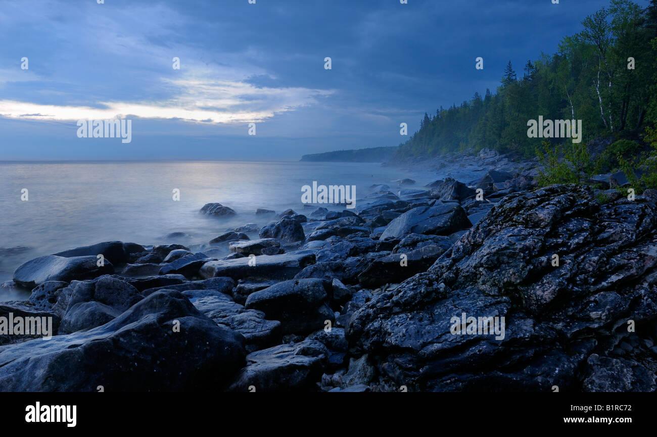 Misty amanecer en las orillas de la pequeña cala de la Georgian Bay Lago Huron Península de Bruce en Ontario, Canadá Foto de stock