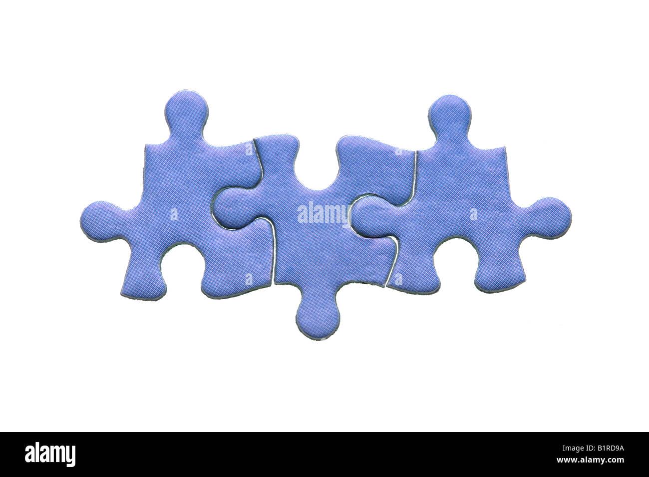 Azul de tres auténticas piezas de un rompecabezas aislado sobre un fondo blanco. Imagen De Stock