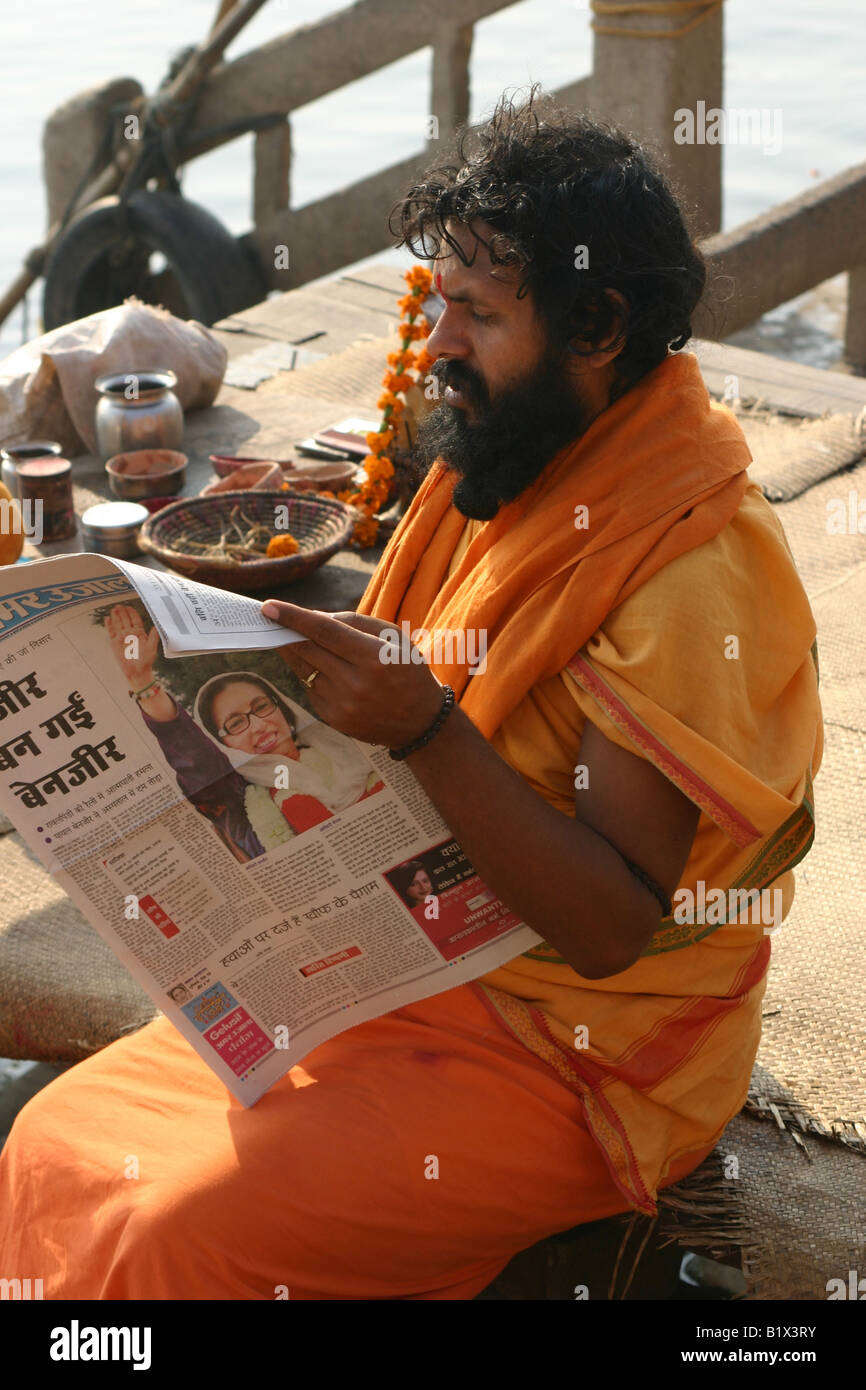 Sadhu leyendo el periódico de la mañana, después del asesinato de Benazir Bhutto Imagen De Stock