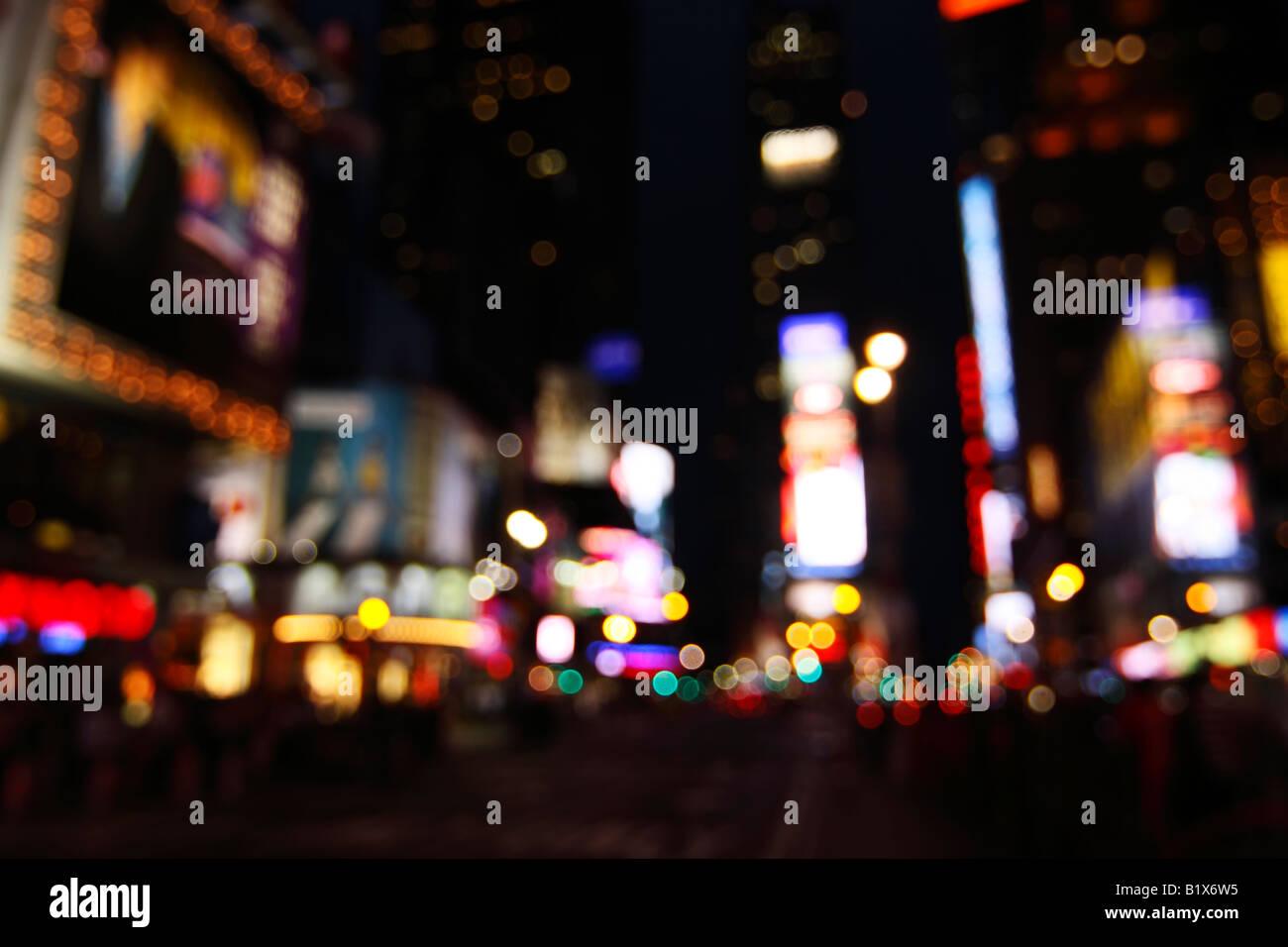 Visión abstracta de las luces de Times Square en la noche - la ciudad de Nueva York, EE.UU. (desenfocado para evitar infracciones de copyright) Foto de stock