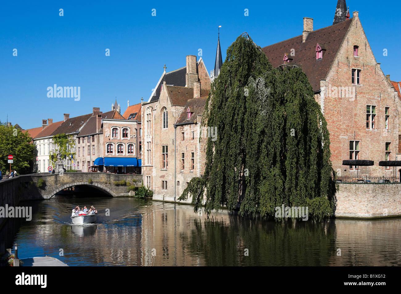 Viaje en barco por el canal, en el casco antiguo de Brujas, Bélgica Imagen De Stock