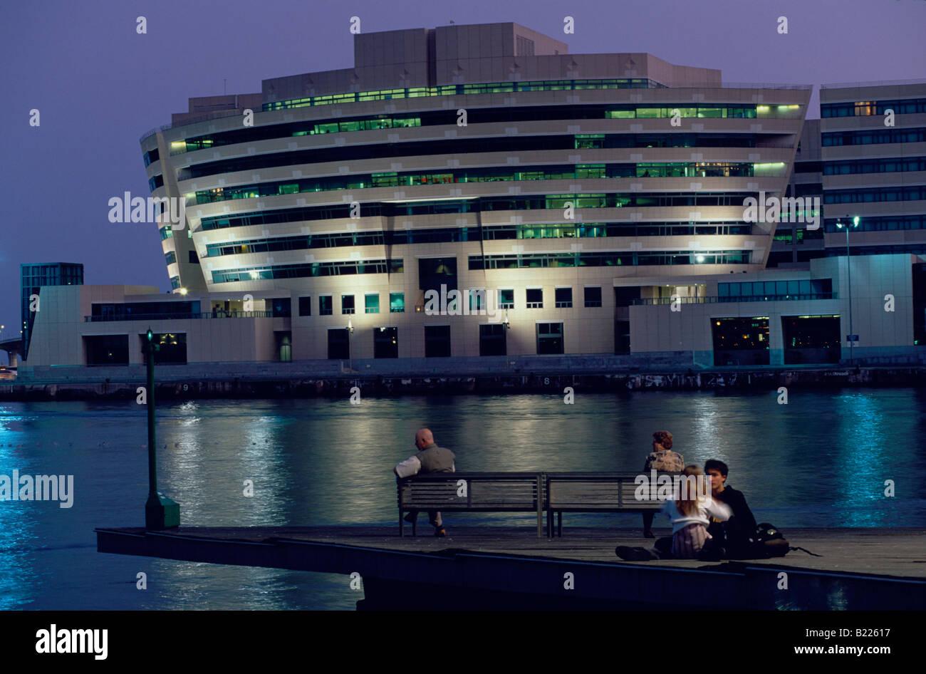 World Trade Center en la Rambla del Mar por la noche Barcelona Cataluña España Foto de stock