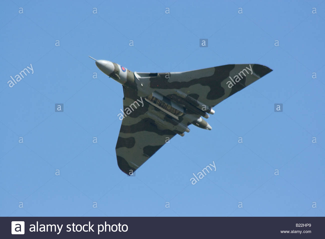 Vulcan Bombardero de la Guerra Fría contra un cielo azul Bomba de apertura de puerta Imagen De Stock