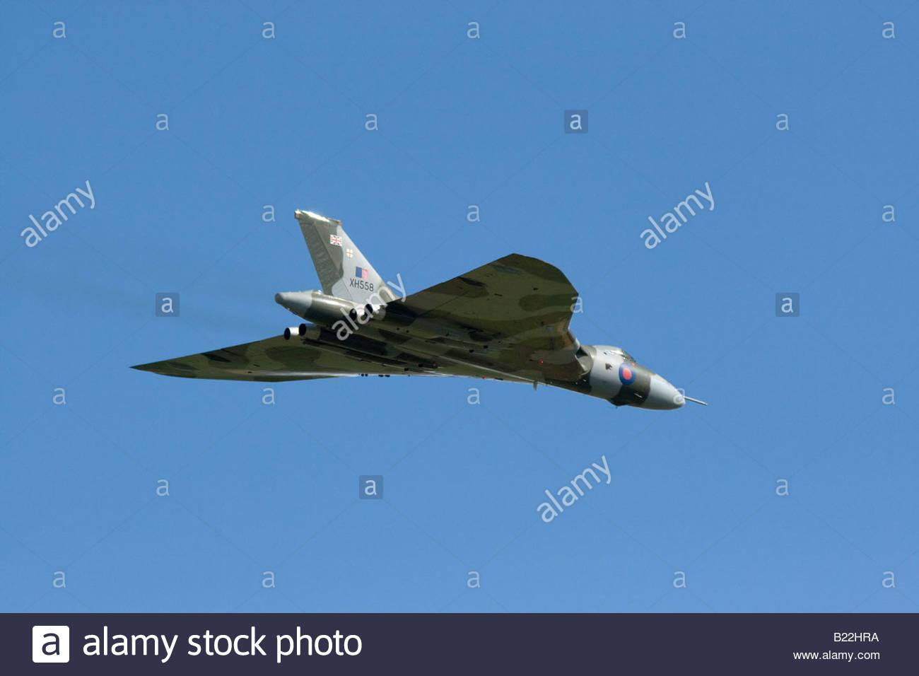 Vulcan Bombardero de la Guerra Fría contra un cielo azul Imagen De Stock