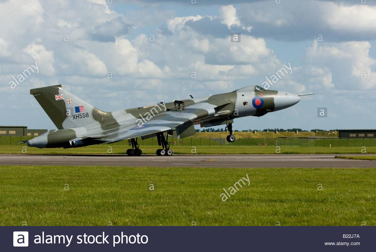 Vulcan haciendo un bombardero de la guerra fría en el aterrizaje con ruedas Imagen De Stock