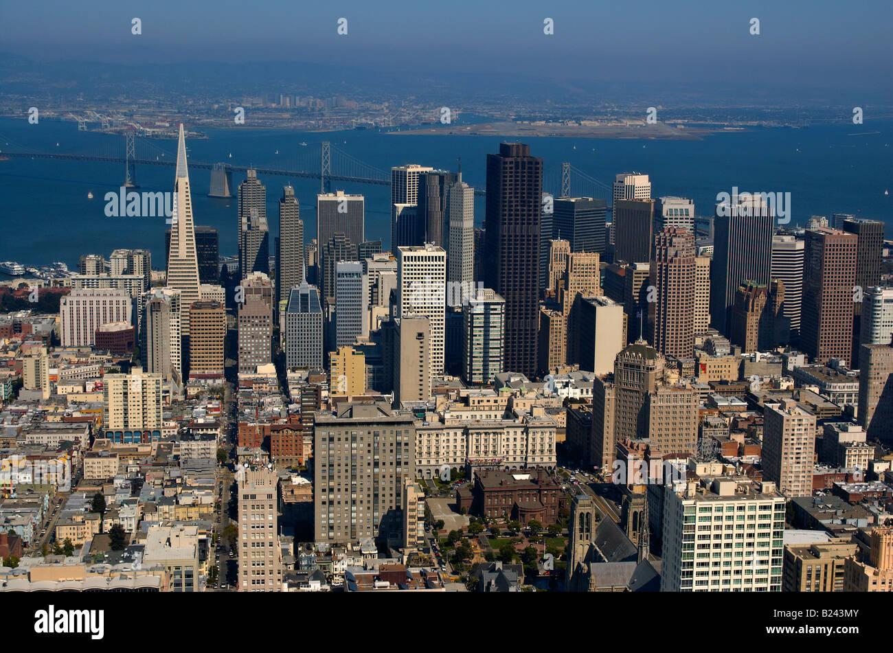 Una vista aérea de la ciudad de San Francisco y el Puente de la Bahía Oakland puerto en el fondo iluminado por el cálido sol de la tarde Foto de stock
