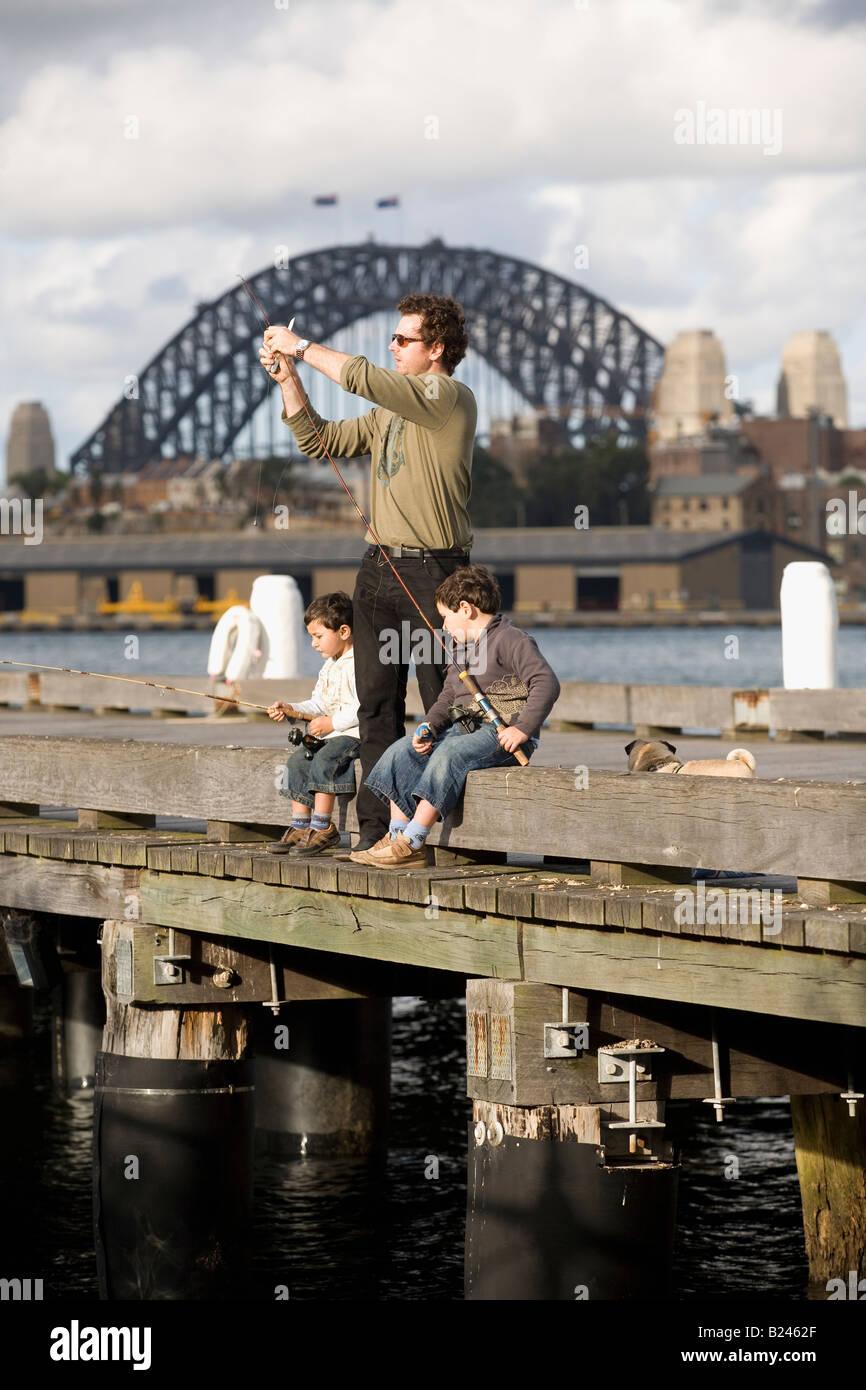 Padre e hijos la pesca Pyrmont Point Park Sydney, New South Wales Australia Foto de stock