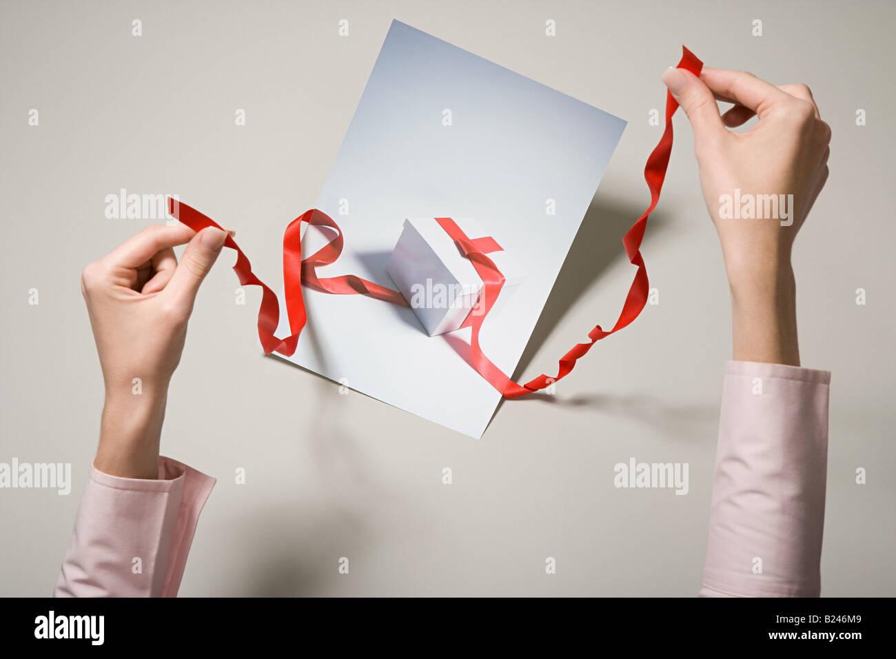Una mujer que sostiene una fotografía de un regalo Imagen De Stock