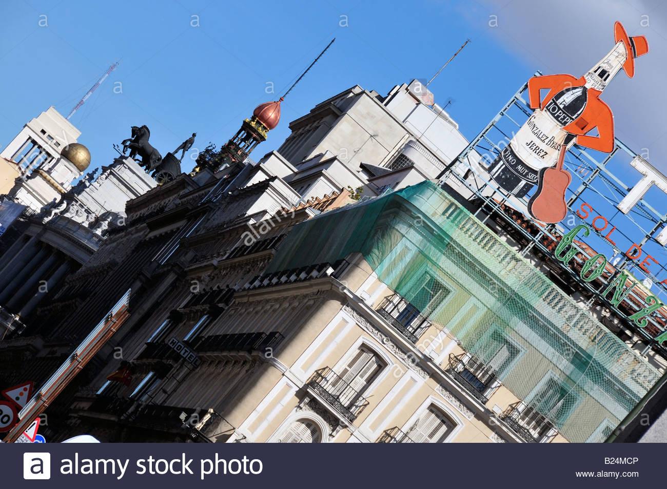 Algunos de los lugares más importantes de Madrid visto desde la Puerta del Sol, el anuncio de Tío Pepe Imagen De Stock