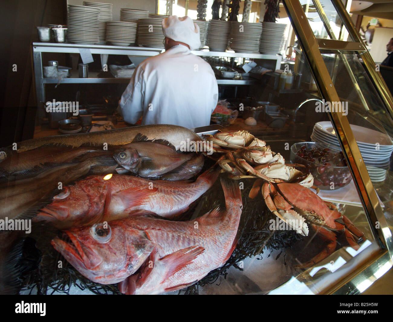 Pescado fresco en hielo con el chef en segundo plano en un restaurante en Fisherman's Wharf, San Francisco, California Foto de stock