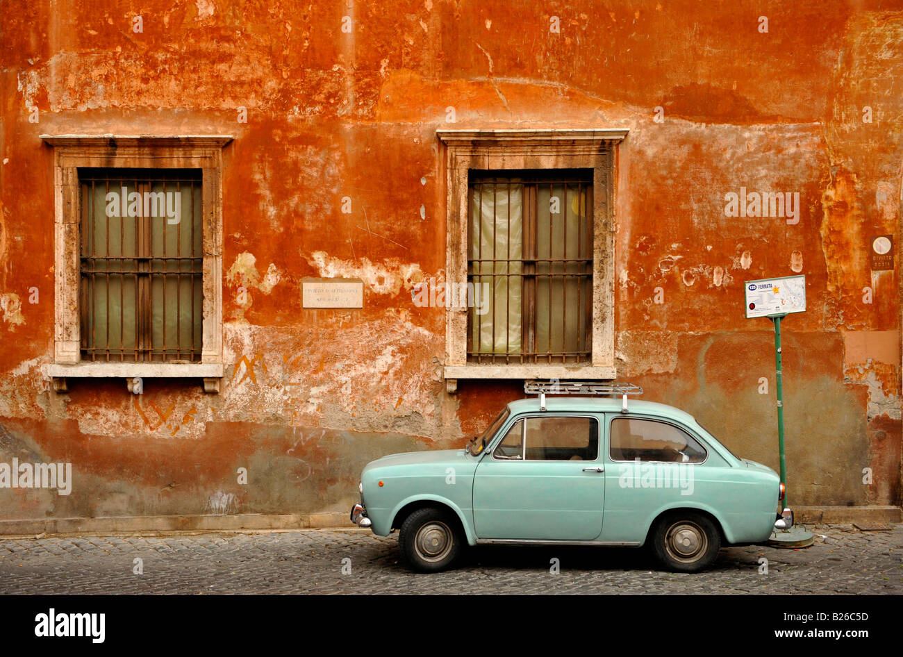 Muro de la casa con un Fiat 850 en la parte delantera, en Trastevere, Roma, Italia Foto de stock