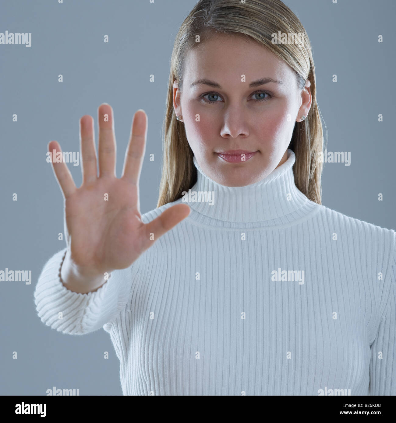 Mujer sosteniendo la mano con la palma hacia fuera Foto de stock