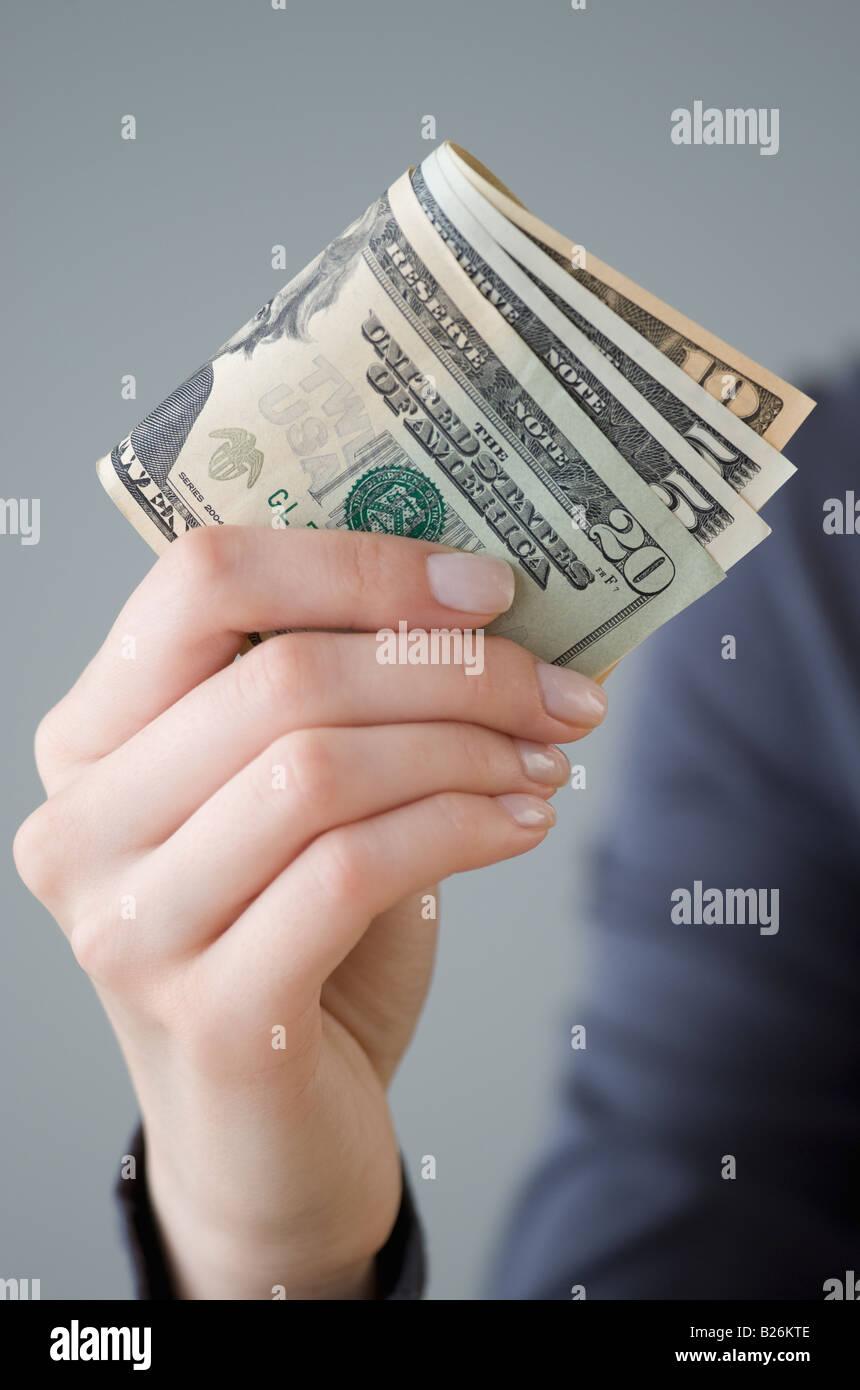 Dinero en mano de mujer Foto de stock
