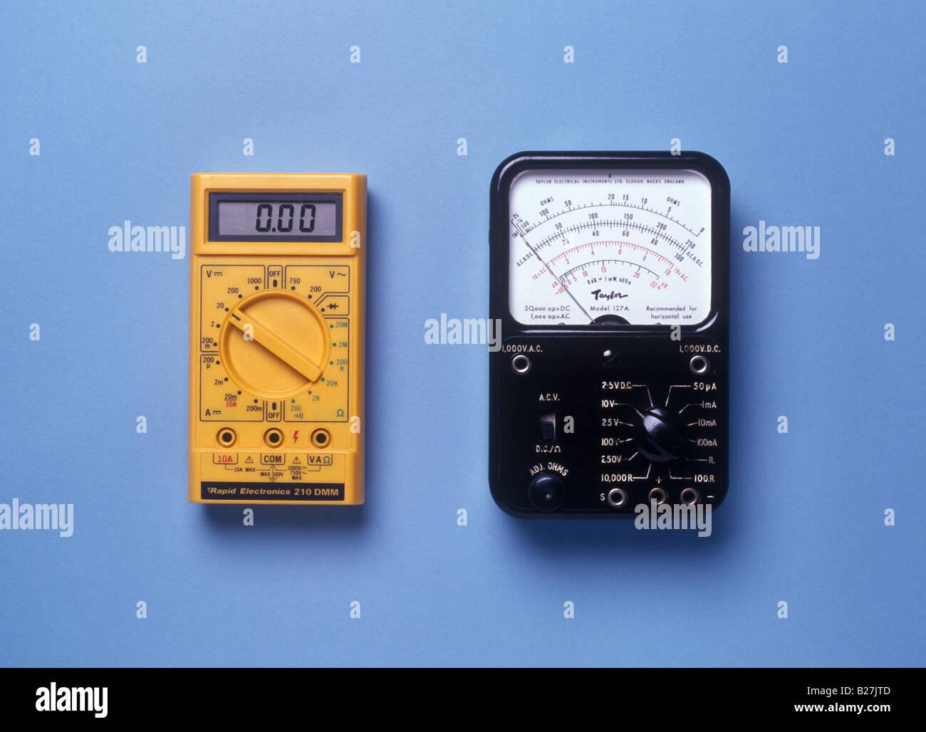 Medidores analógicos y digitales al lado Imagen De Stock