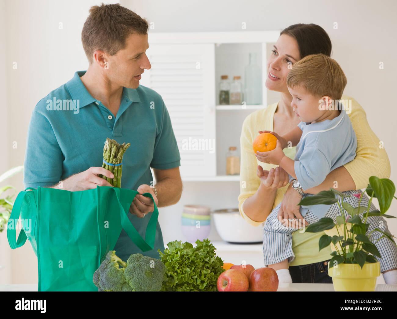 Familia desempaquetar comestibles Foto de stock