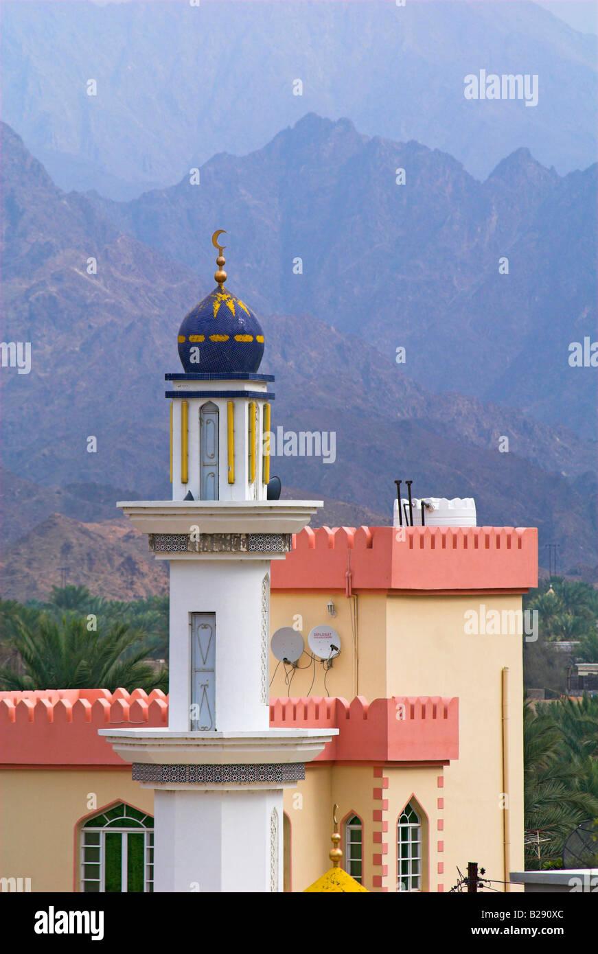 Mezquita y montañas Ar Rustaq Omán Fecha 12 03 2008 0016 111153 Ref ZB917 World Pictures Photoshot crédito Imagen De Stock