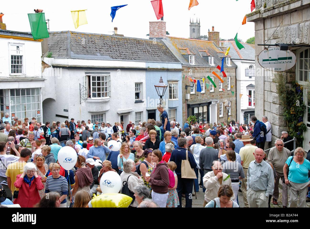 Multitudes de personas se reúnen en las calles de Helston, Cornwall, Reino Unido, para las celebraciones del Imagen De Stock