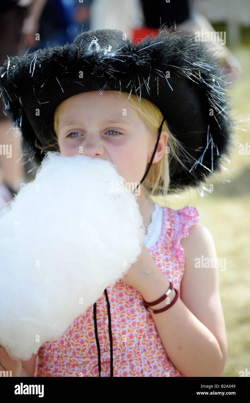 Fotografías royalty free de una niña comiendo golosinas en un festival de música con traje vaquero Imagen De Stock