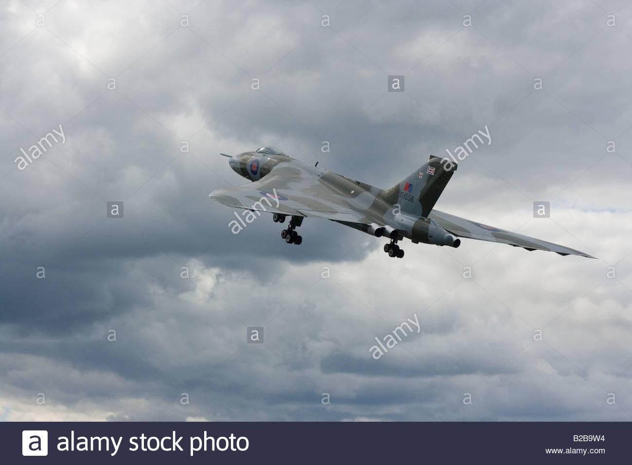 Bombardero Vulcan al cielo Farnborough RAF Guerra Fría Imagen De Stock
