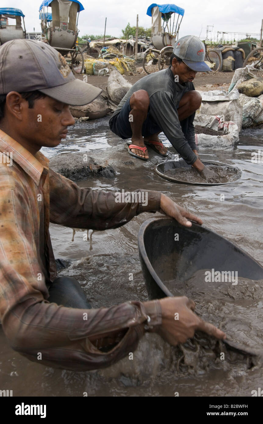 Muchos habitantes de tugurios se ganan la vida reciclando residuos industriales, estos trabajadores son venenosos Imagen De Stock