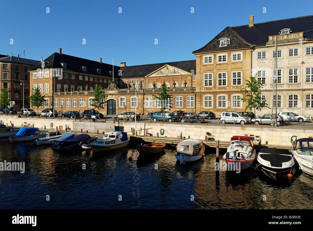 Barcos en el Canal Frederiksholm con el Museo Nacional de Copenhague, Dinamarca, Escandinavia, Europa Foto de stock