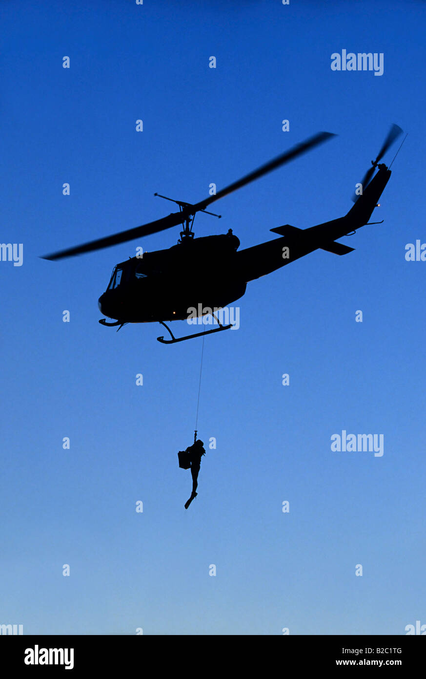 Combatir la nadadora pendiendo de una cuerda en un Bell UH-1D Modelo de helicóptero Eckernfoerde, Mar Báltico, Imagen De Stock