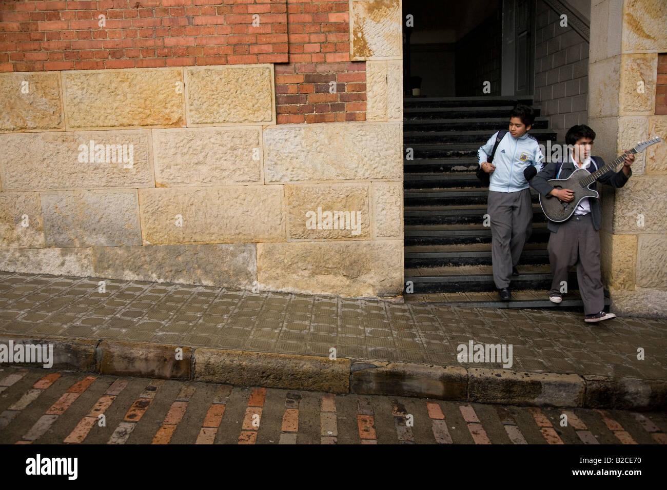 Y la escuela de estilo inglés antiguo en Bogota - chico con una guitarra Imagen De Stock