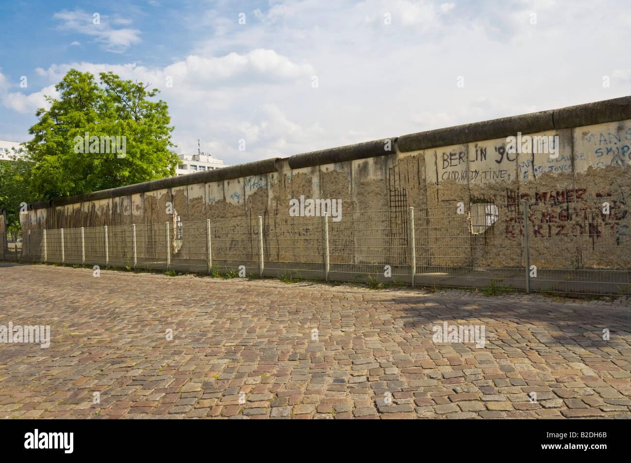 Los restos del muro de Berlín cerca de Checkpoint Charlie Niederkirchner strasse en el centro de la ciudad de Berlín Foto de stock