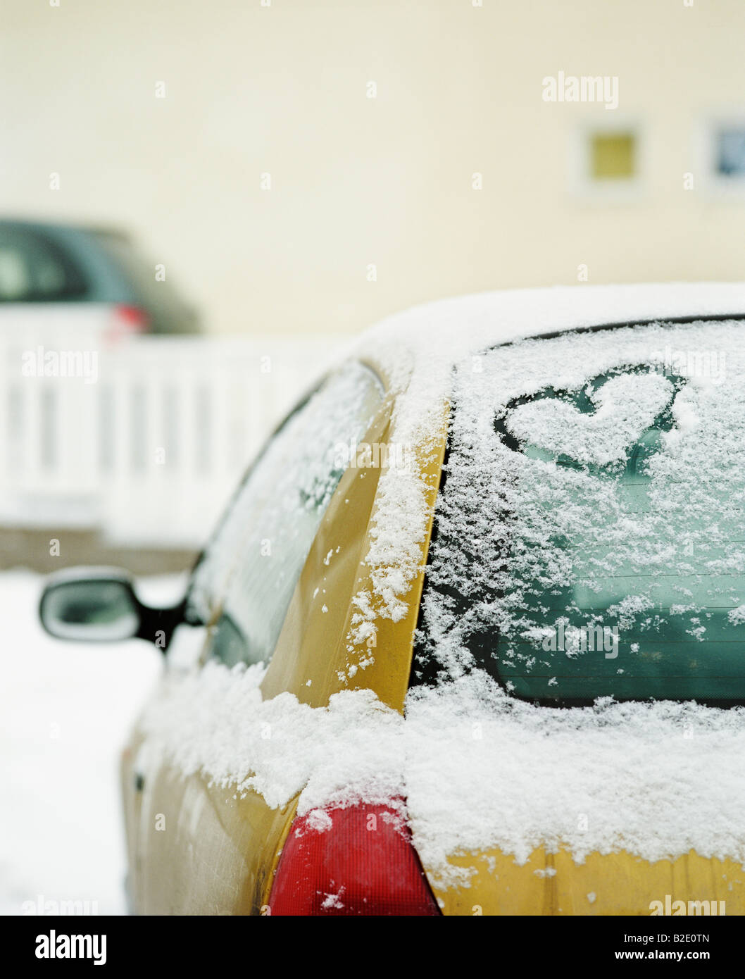 Forma corazón tallado en un coche Foto de stock