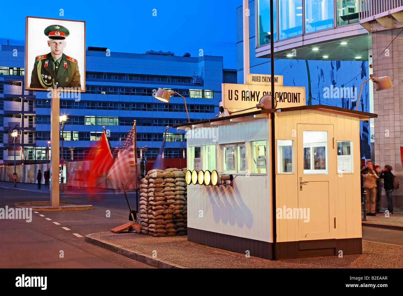 Los turistas de pie en el Checkpoint Checkpoint Charlie Berlin Alemania Imagen De Stock