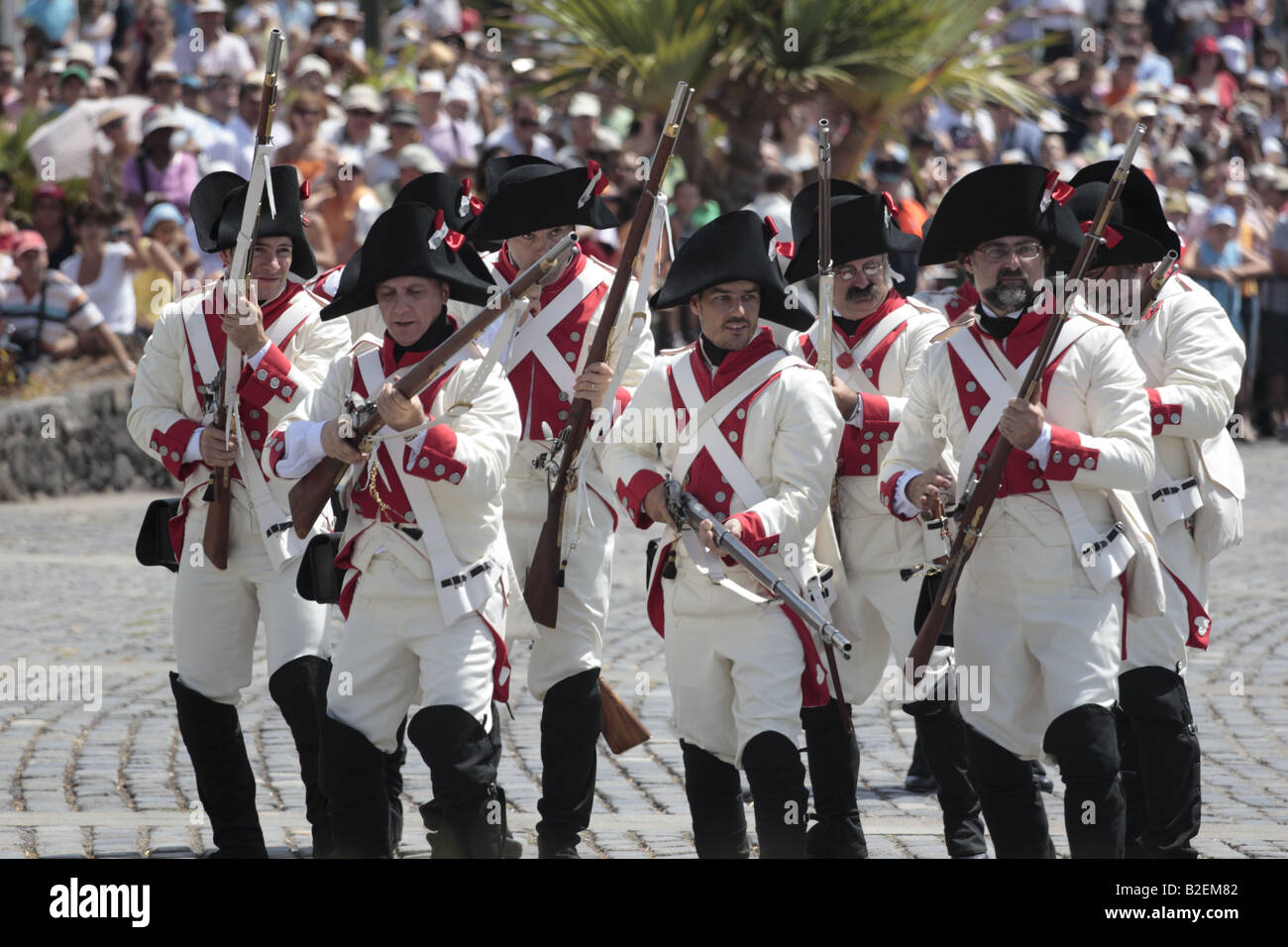 El batallon de Canarias prepararse para cargar durante una recreación del 1797 Batalla de Santa Cruz, Santa Cruz de Tenerife Foto de stock