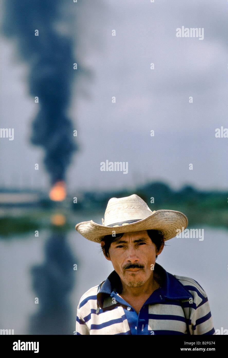 Retrato de un hombre de pie contra humo de aceite contaminado cielo Imagen  De Stock 08518c515f3