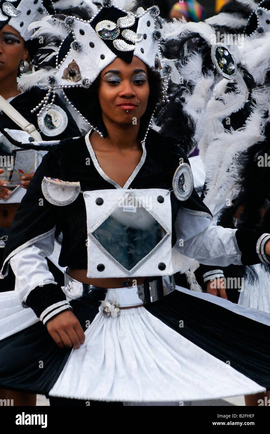 Una niña en blanco negro la máscara en el Carnaval de Verano de Rotterdam, Países Bajos 2008 carnaval Imagen De Stock