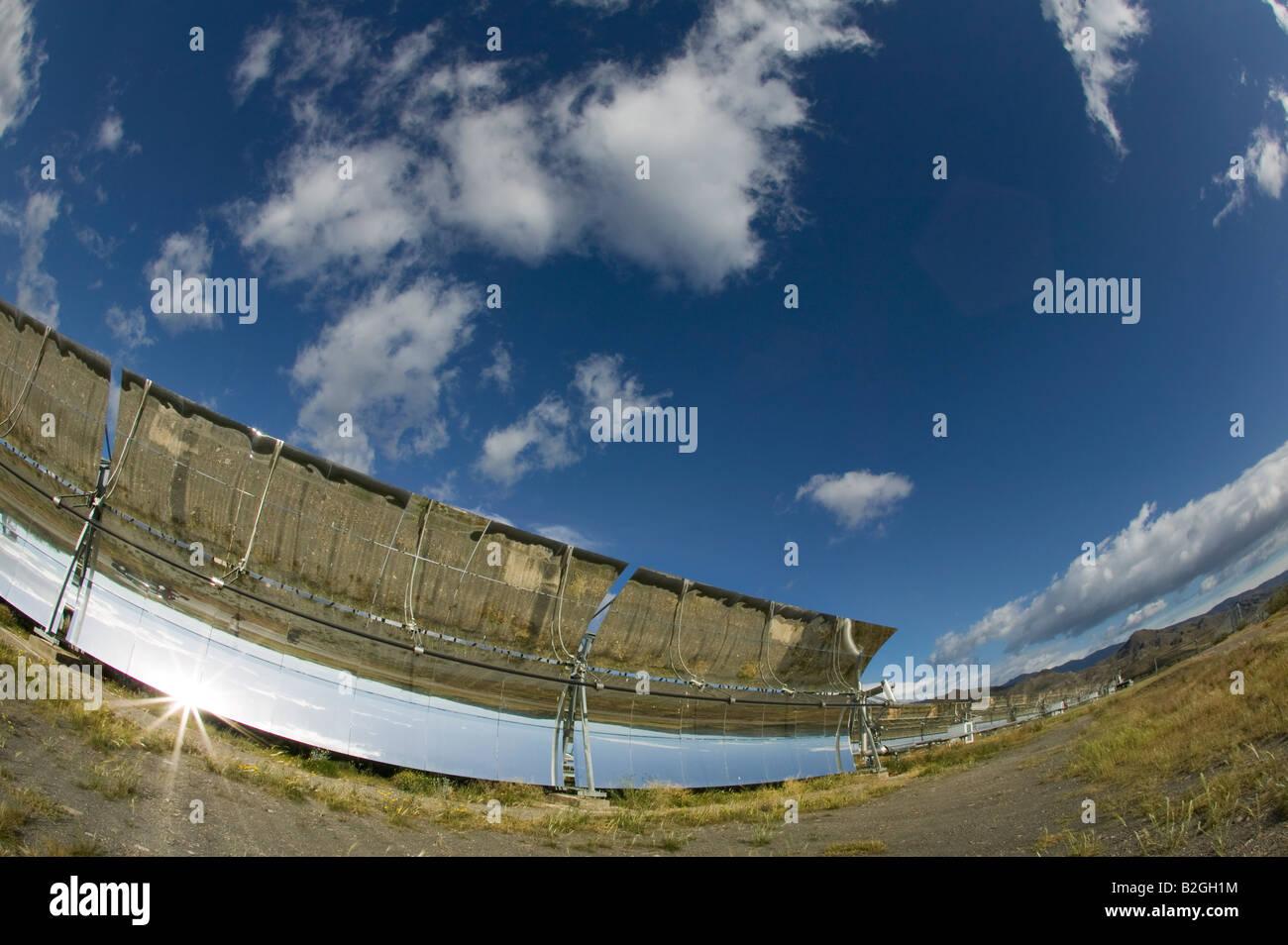Colectores cilindro parabólicos solares prototipo, Ciemat, Plataforma Solar de Almaria, Andalucía, España. Imagen De Stock