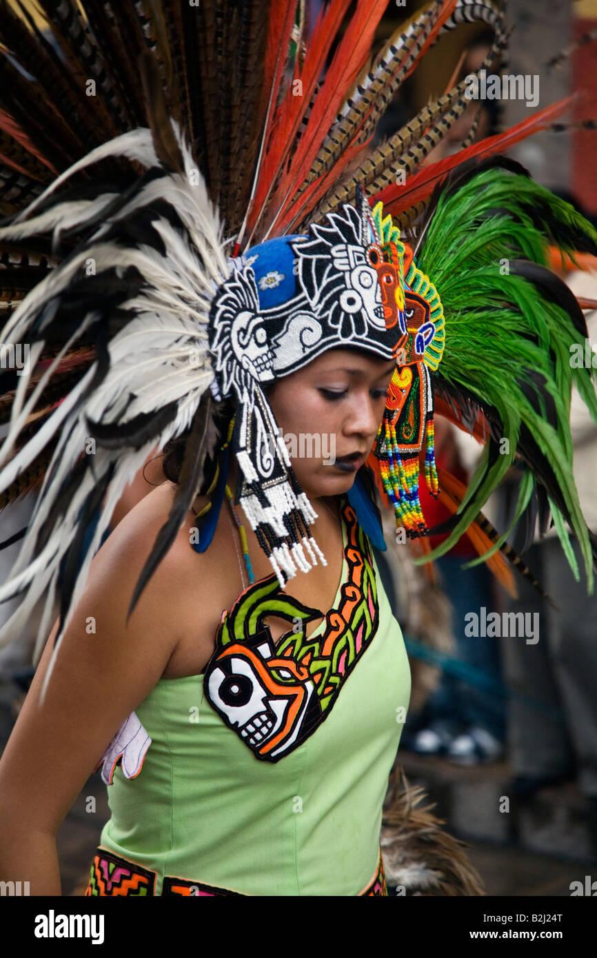 Belleza Mexicana En Traje Indio Azteca Participa En El Festival De
