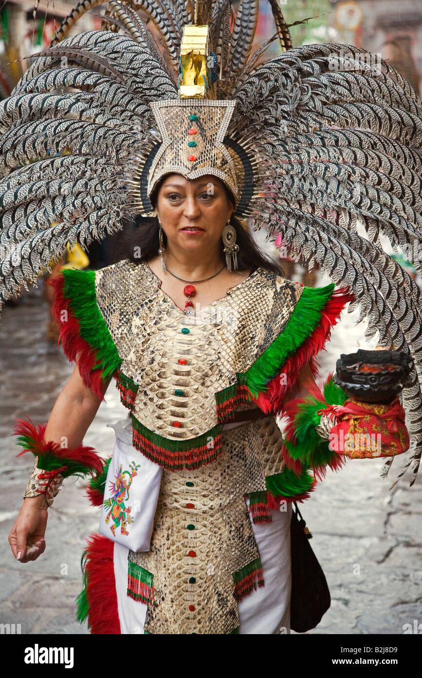 Una Mujer Mexicana En Traje Indio Azteca Participa En El Festival De