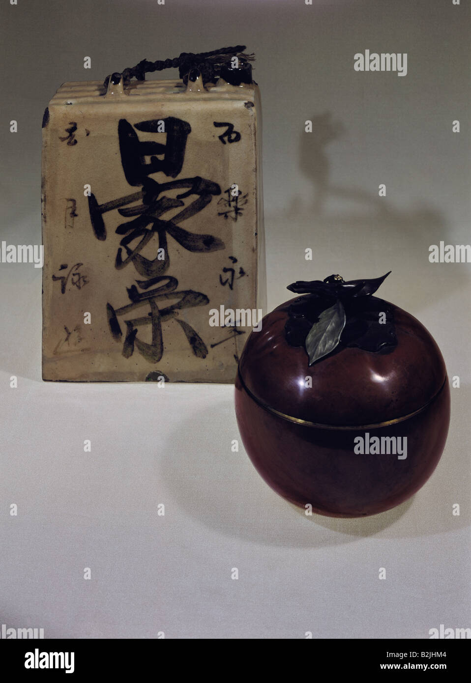 Bellas artes, Japón, buques, alfarería, izquierda: botella de vino de arroz, vidriado, tardío periodo Imagen De Stock