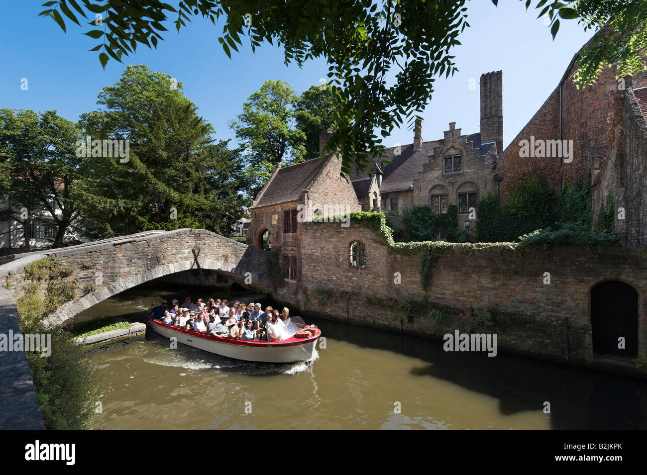 Canal y viaje en barco en el casco antiguo de St, Arantspark Bonifaciusbrug, Brujas, Bélgica Imagen De Stock