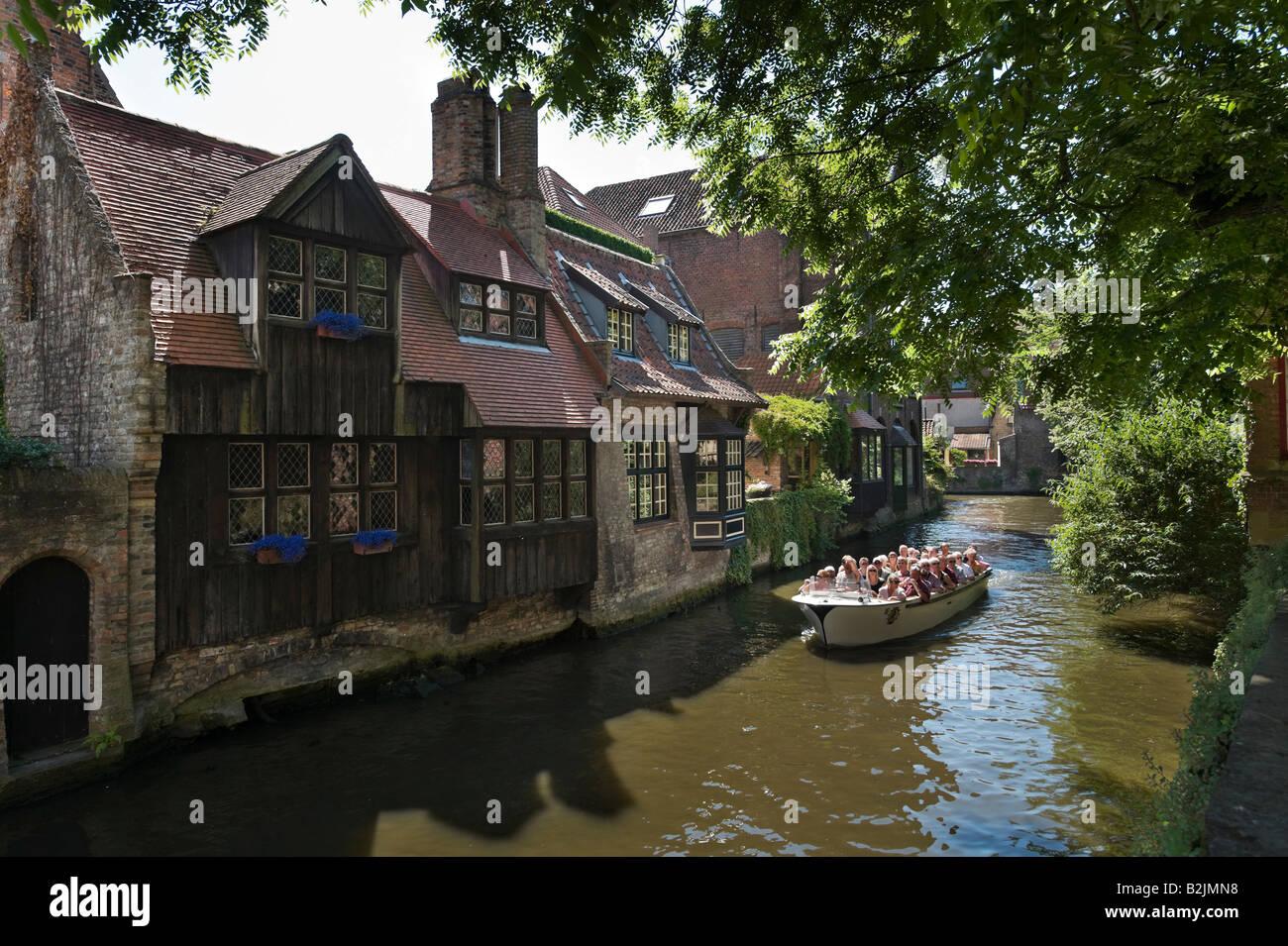 Canal y viaje en barco en el casco antiguo de la ciudad, cerca de St Bonifaciusbrug, Arantspark, Brujas, Bélgica Imagen De Stock
