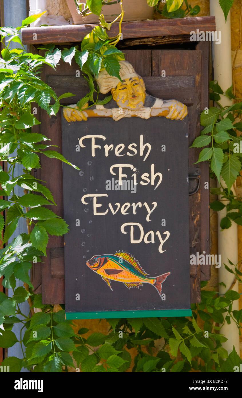 Pescado fresco cada día firmar fuera de la taberna en Malia antigua ciudad griega en la isla mediterránea Imagen De Stock