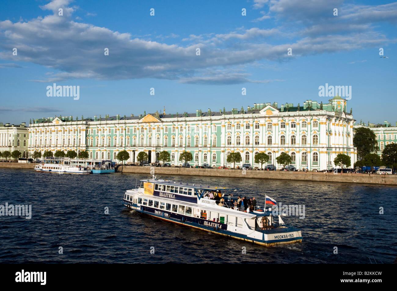 Excursión en barco pasando por el Palacio de Invierno del Museo Estatal del Hermitage, en el río Neva, en San Petersburgo, Rusia Foto de stock