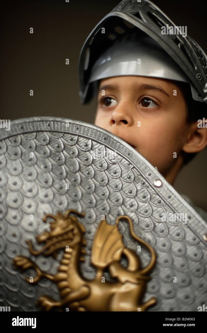 Muchacho de seis años lleva la armadura de plástico Imagen De Stock