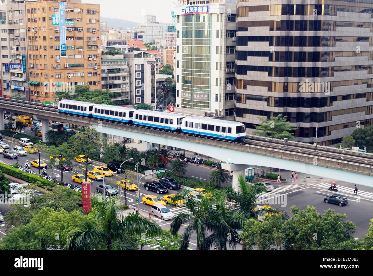 La ciudad de Taipei, Taiwán, la calle Fuxing Road MRT y tráfico Imagen De Stock