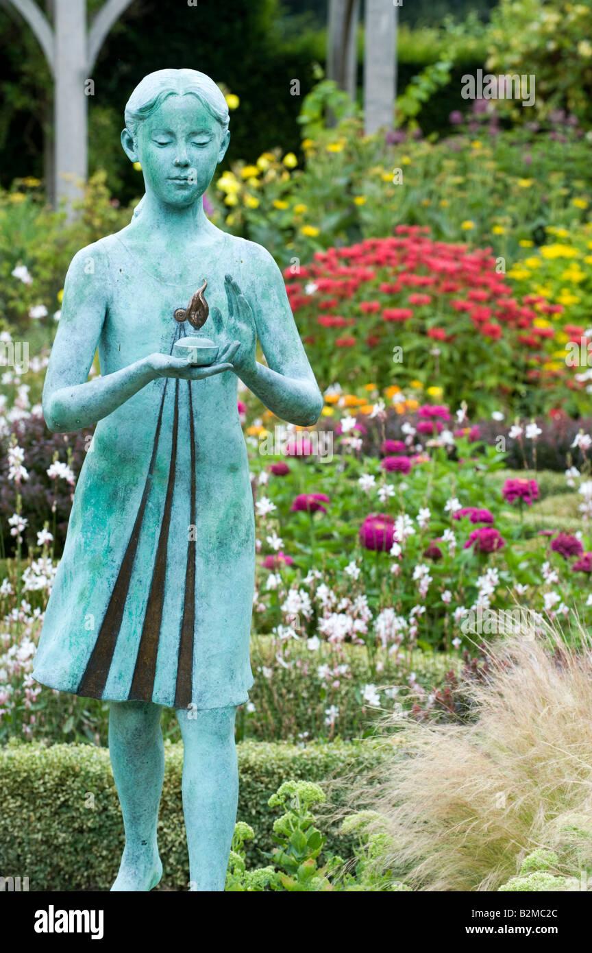 """Chica estatua llamada la """"lámpara de la sabiduría"""" en Waterperry Jardines, Oxfordshire, Inglaterra Foto de stock"""