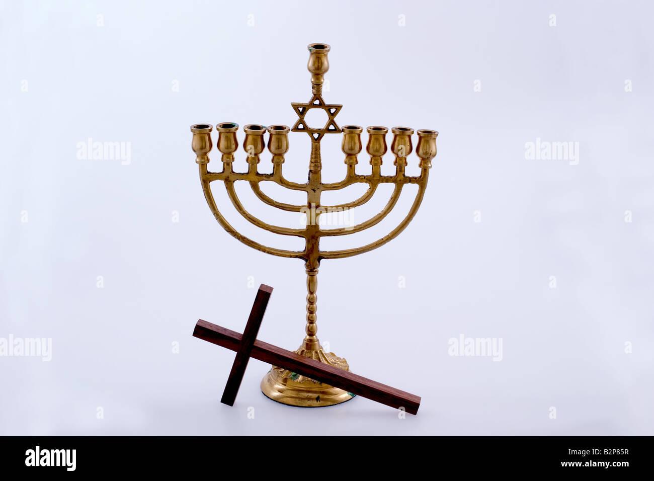 Cruz cristiana y un Menorah judío Fotografía de stock - Alamy
