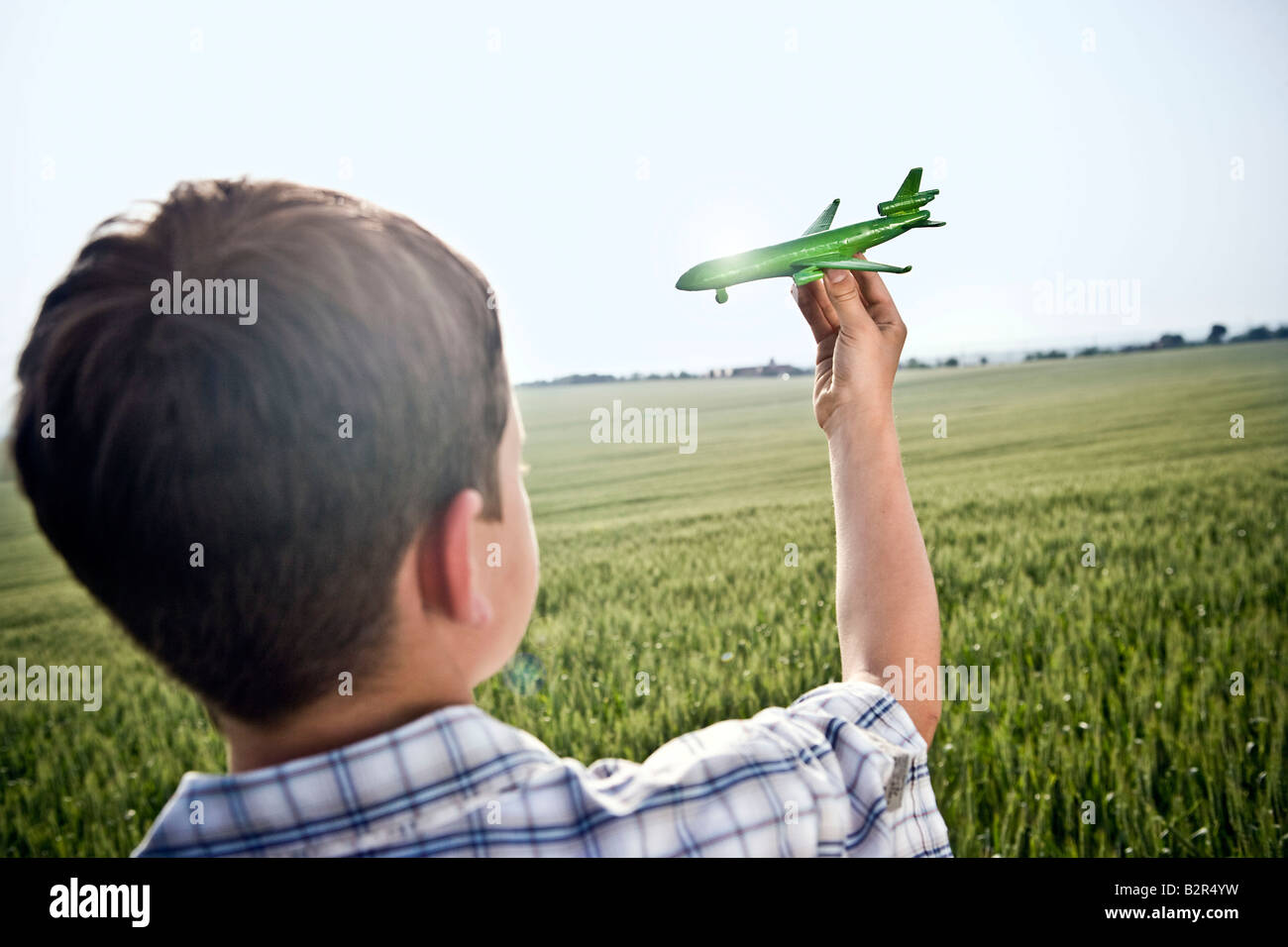 Niño jugando con el avión de juguete Foto de stock