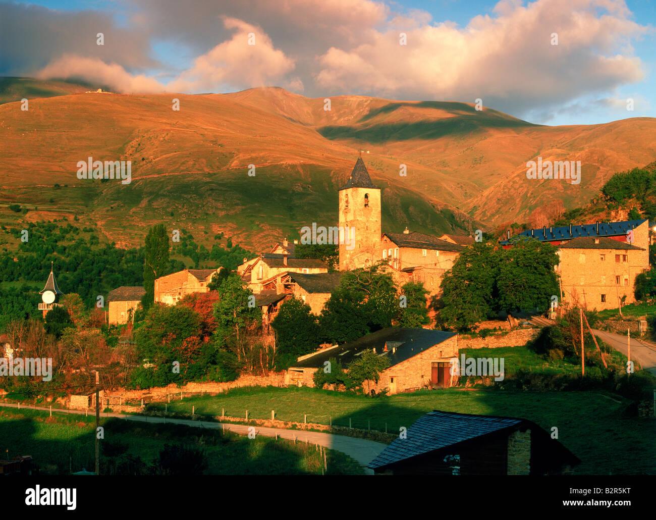 Pueblo de Llessui cerca de Sort, en la provincia de Lleida, Cataluña, España al amanecer. Imagen De Stock