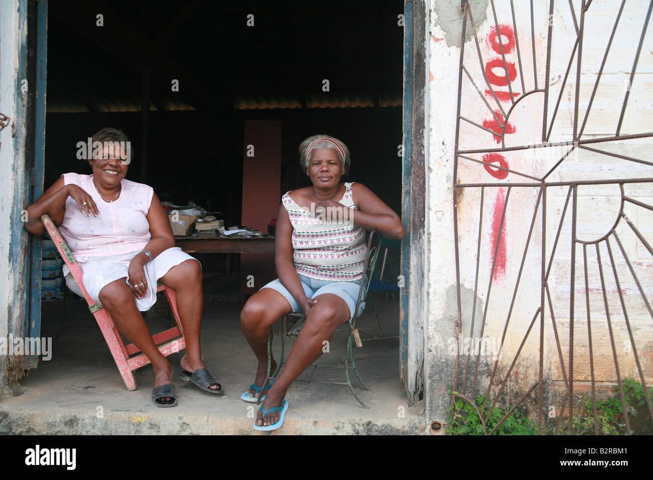 Dos mujeres sentadas en frente de un centro comunitario en Viñales en la provincia de Pinar del Río Cuba Imagen De Stock