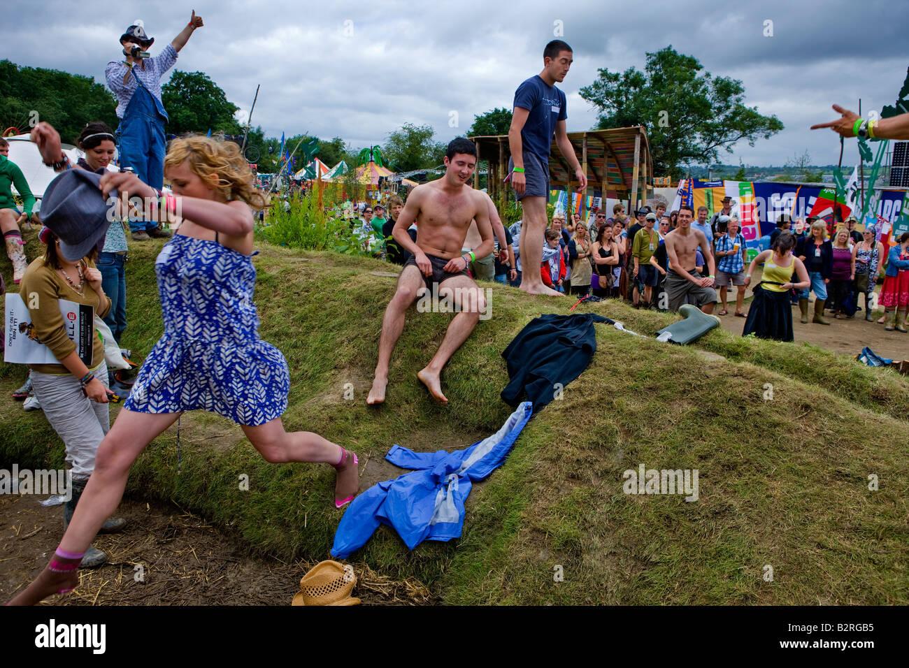 Festival de Música de Glastonbury 2008 Somerset, Reino Unido campo Greenpiece creando una identidad de grupo Imagen De Stock