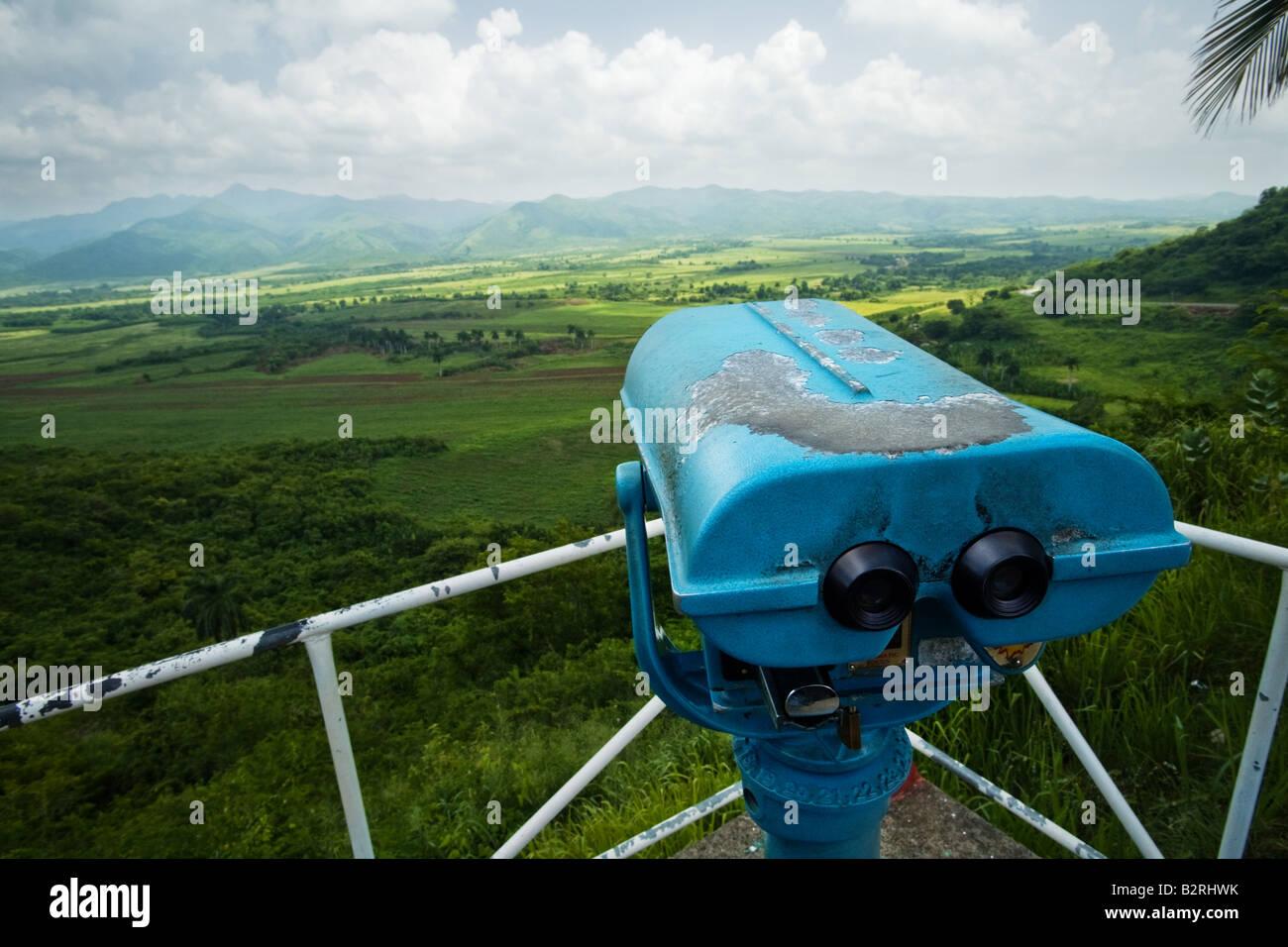 Mirador y binoculares en el mirador con vistas a la Valle de los Ingenios una antigua zona productora de azúcar cerca de Trinidad, Cuba Foto de stock